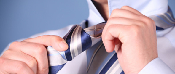 anudar una corbata